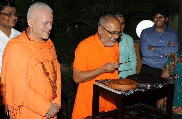 60º Aniversário de H.H. Mahá Mandaleshvara Svámin Paramátmánanda Sarasvatí Mahá Rája Índia, Rajkot - 2012, Dezembro