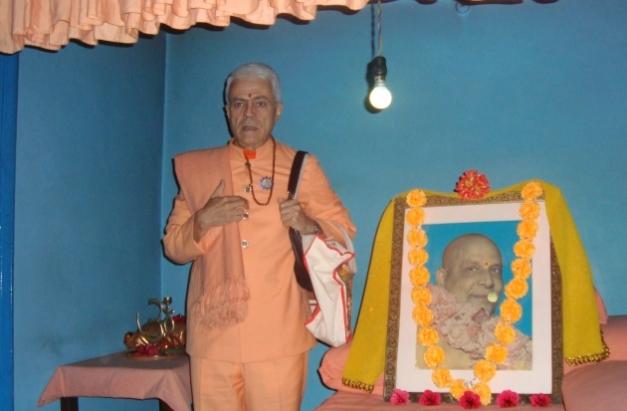 Pújá to H.H. Svámin Shivánanda Sarasvatí -  Shivánanda Áshrama, rshikesh, India - 2010, January