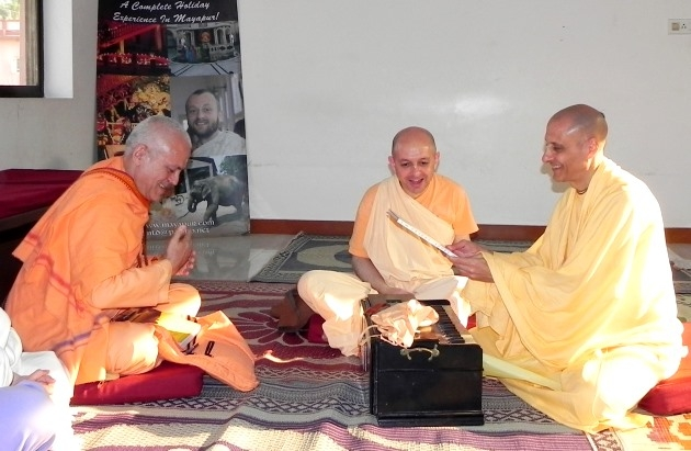 Meeting with Svámin Yadunandana and Svámin Radhanath - ISKCON Hare Krshna - Máyápur, India - 2011