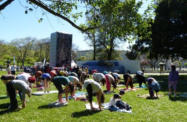 Clase de Yoga Sámkhya en el evento 'Há Festa no Parque' organizado por el Ayuntamiento de Lisboa