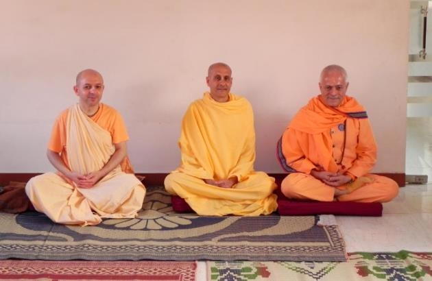 Meeting with Svámin Radhanath and Svámin Yadunandana  - ISKCON Hare Krshna - Máyápur, India - 2011