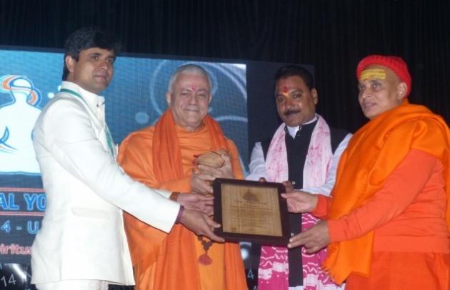 H.H. Jagat Amrta Súryánanda Mahá Rája recibe el Premio Matsyendra Nathá