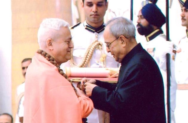 H.H. Jagat Guru Amrta Súryánanda Mahá Rája recieves the Padma Shrí Award from the Hands of the President of India