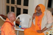 Meeting with H.H. Pujya Svámin Dayánanda Sarasvatí - Ahmedabad, India - 2011