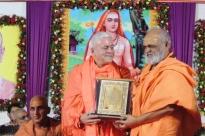 H.H. Jagat Amrta Súryánanda Mahá Rája reçoit le prix du Sanyasa Āshrama