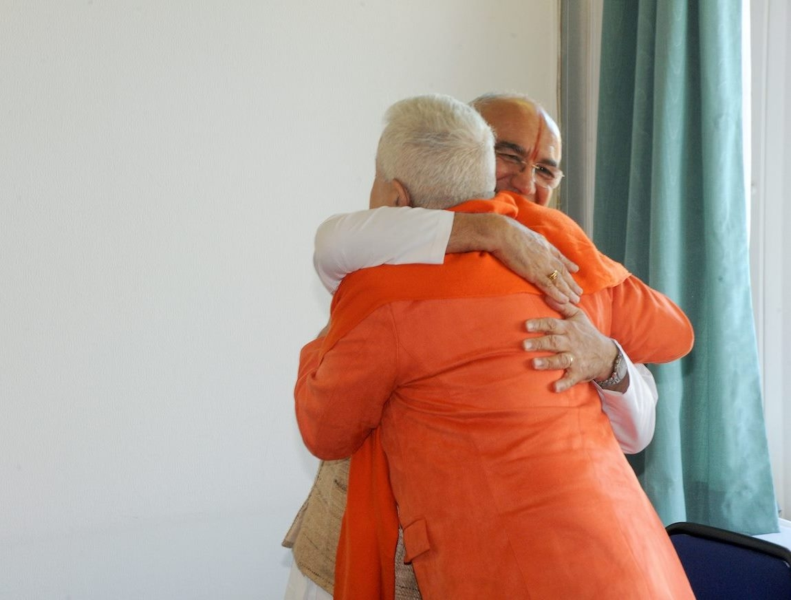 H.H. Jagat Guru Amrta Súryánanda Mahá Rája com Sricharan Faeq Biria, Director do Centre de Yoga Iyengar de Paris