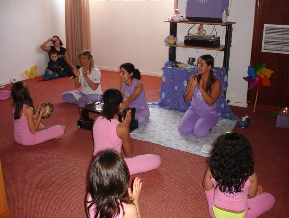 Aula do Yoga para Crianças ministrada pela Mestra Gangá Deví - Rosa Xufre