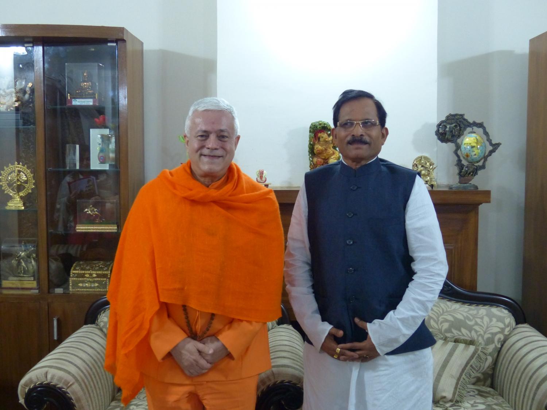Encontro de H.H. Jagat Guru Amrta Sūryānanda Mahā Rāja com S.E. o Ministro do Yoga da Índia - New Dillí - Índia - 2015, Março  (...)