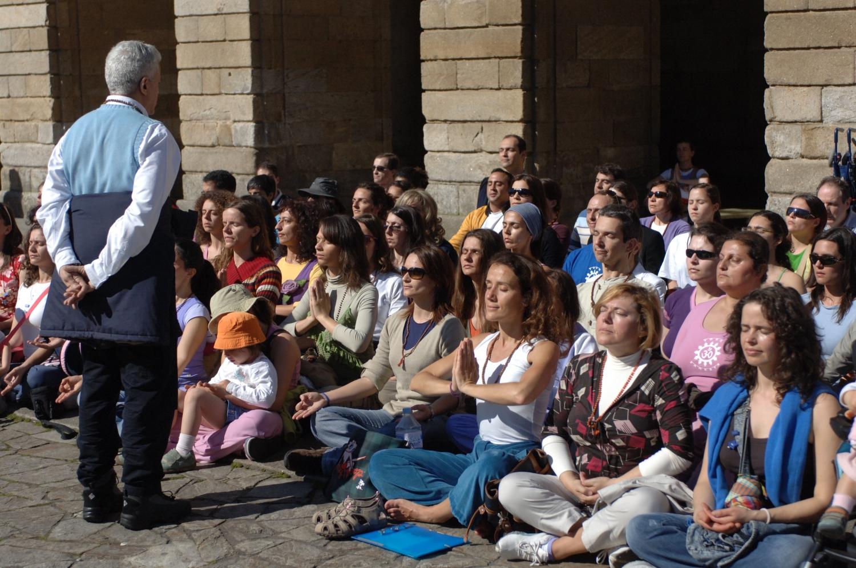 Prática do Yoga em frente à Catedral de Santiago de Compostela