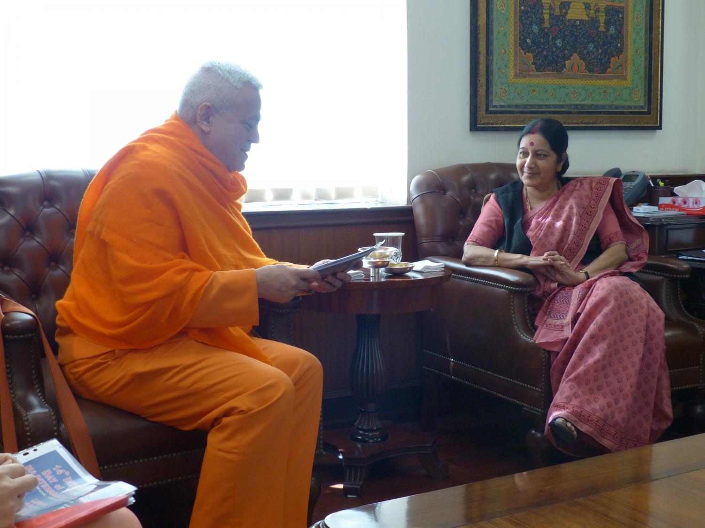 Encontro de H.H. Jagat Guru Amrta Sūryānanda Mahā Rāja com S.E. a Ministra dos Negócios Estrangeiros da Índia - Smt. Sushma Swaraj - Índia - 2015, Março