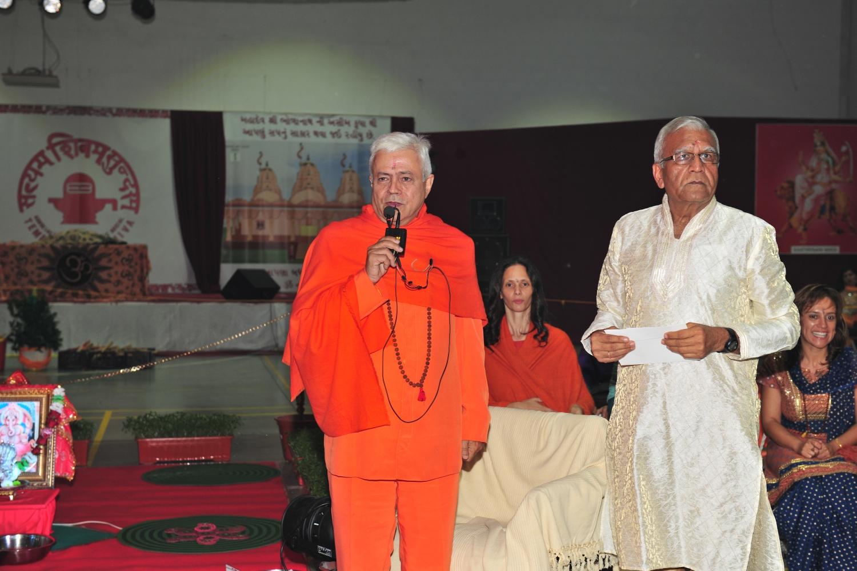 Guru Jí entrega um donativo para ajudar à construção do novo Templo de Shiva