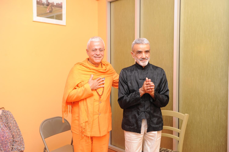 Encontro de H.H. Jagat Guru Amrta Sūryānanda Mahā Rāja com Shrí Dharma Mittra - Dharma Mittra Áshrama, New York - 2012, Setembro