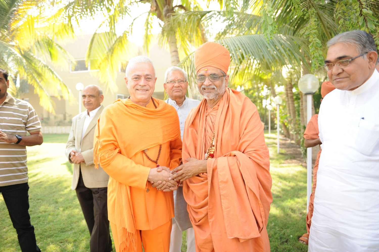 H.H. Jagat Guru Amrta Súryánanda Mahá Rája e H.H. Shastri Madhavapriyadas Jí, Presidente do Shrí Swami Narayan Gurukul Vishwavidya Pratishthanam