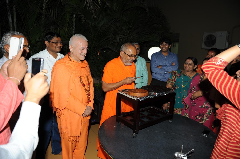 H.H. Jagat Guru Amrta Súryánanda Mahá Rája e o aniversariante, H.H. Mahá Mandaleshvara Svámin Paramátmánanda Sarasvatí Mahá Rája - secretário geral da Hindu Dharma Achraya Sabha