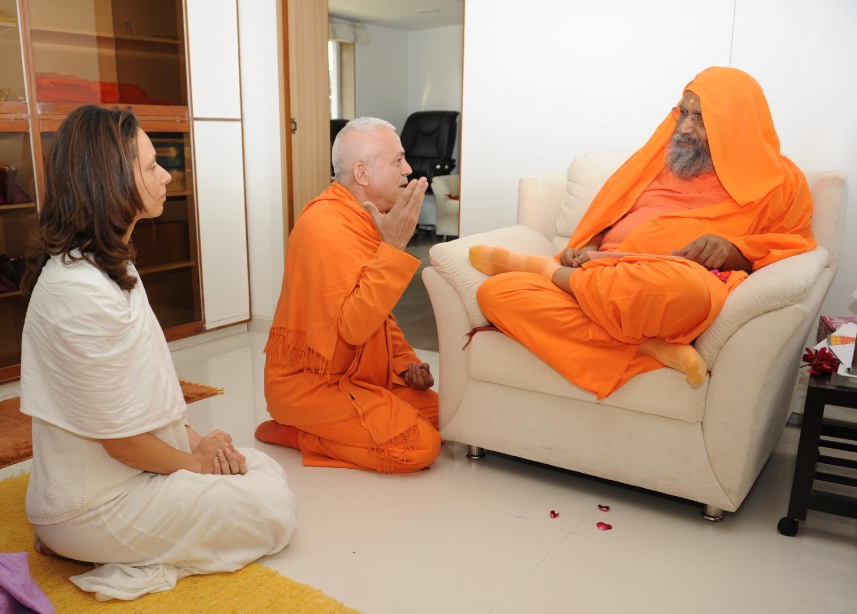 H.H. Jagat Guru Amrta Súryánanda Mahá Rája e H.H. Pujiya Svámin Dayánanda Sarasvatí