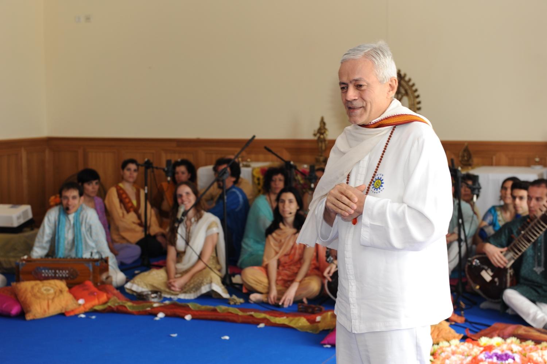 H.H. Jagat Guru Amrta Súryánanda Mahá Rája (...)