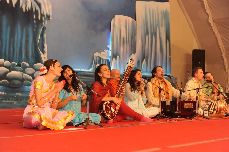 Kírtana pelo Coral Orquestra de Mantra Omkára - Mahá Kumbhamela, 2013, Fevereiro