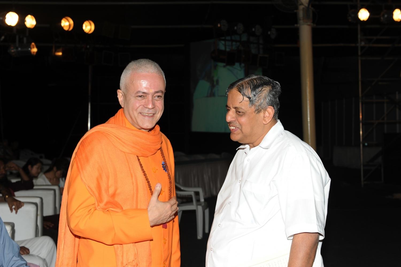 H.H. Jagat Guru Amrta Sūryānanda Mahā Rāja et H.H. Dr. H. R. Nagendra, President of Vivekānanda University / Vice-Chancellor S-VYASA
