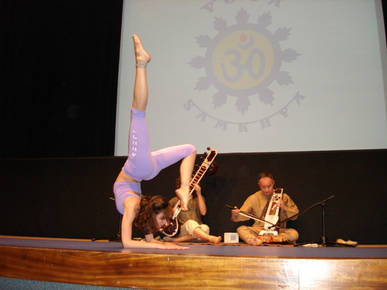 Demonstração do Yoga Tradicional Avançado pela Mestre Chandra Deví, directora do Pashupati