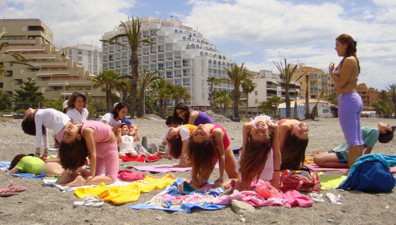 Prática do Yoga para Crianças na praia