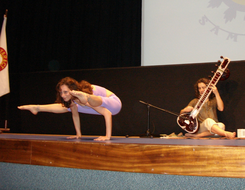 Demonstración del Yoga Tradicional Avanzado por Maestra Chandra Deví, directora del Pashupati