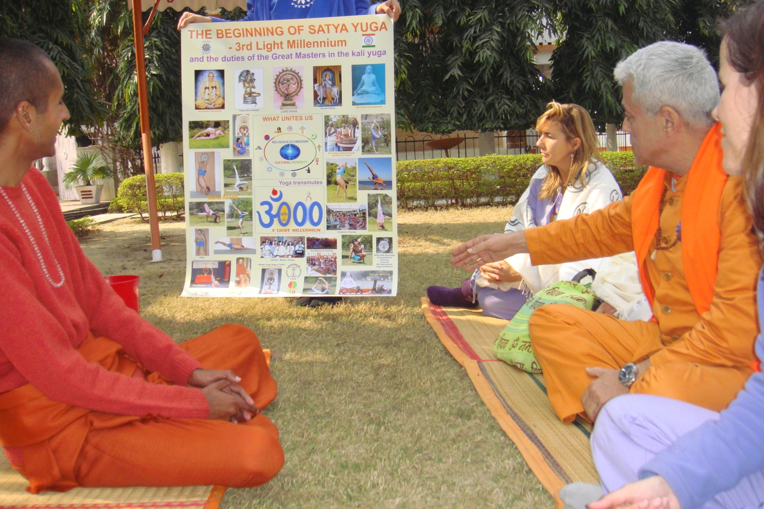 Meeting of H.H. Jagat Guru Amrta Súryánanda Mahá Rája with Svámin Súryaprakash - Bihar School of Yoga, Munger, India - 2010, January