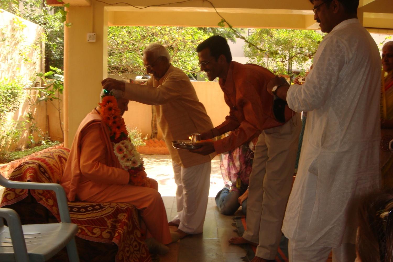 Encuentro de H.H. Jagat Guru Amrta Súryánanda Mahá Rája con el Dr. Jagadish Bhutada, Keivalyadhama Yoga Institute, Lonavala, India - 2009, diciembre