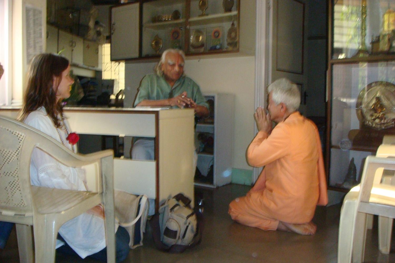 Rencontre de H.H. Jagat Guru Amrta Súryánanda Mahá Rája avec H.H. B.K.S. Iyengar Jī Mahā Rāja  - Pune, Inde - 2009, décembre