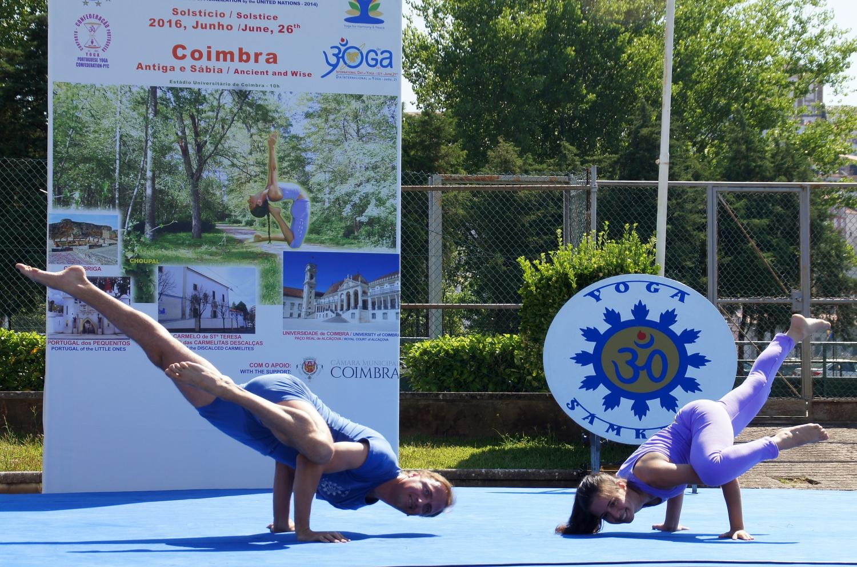 Sequência de Ásana pelo Pashupati - Demonstradores do Yoga Tradicional Avançado