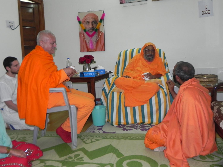 Encontro de H.H. Jagat Guru Amrta Sūryānanda Mahā Rāja com H.H. Pujya Svámin Dayánanda Sarasvatí - rshikesh, Índia - 2013, Março