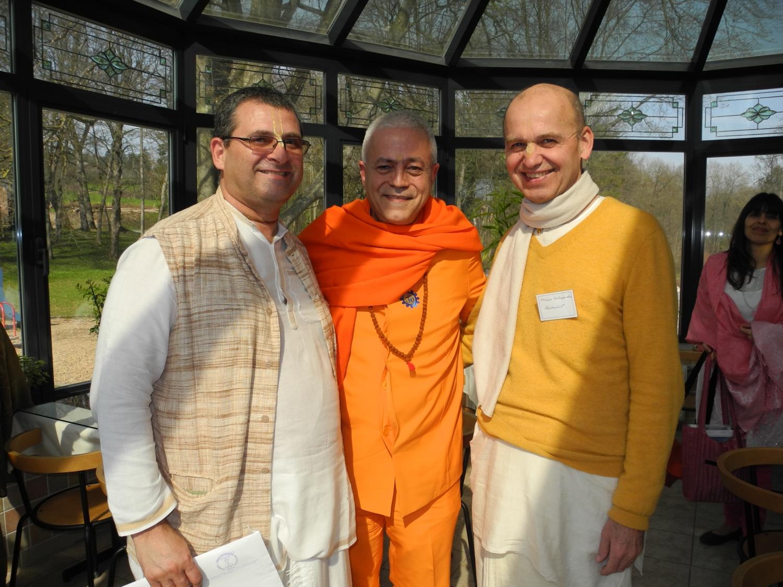 H.H. Jagat Guru Amrta Súryánanda Mahá Rája con Mahaprabhu Dasa y Hrdaya Chaitanya Prabhu