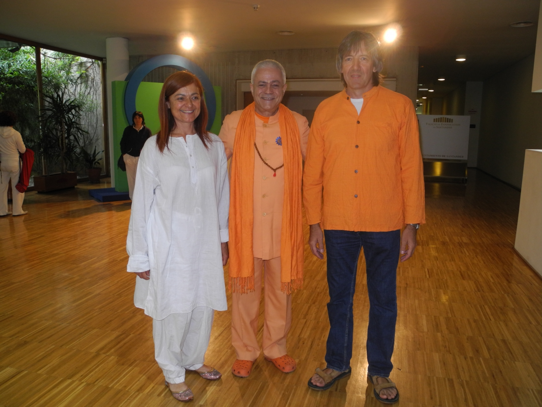 H.H. Jagat Guru Amrta Súryánanda Mahá Rája com Emilia Nacher e o Maestro Surabhi