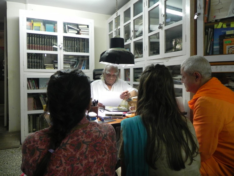 Encontro de H.H. Jagat Guru Amrta Súryánanda Mahá Rája com H.H. B.K.S. Iyengar Jí Mahá Rája  - Pune, Índia - 2011, Outubro