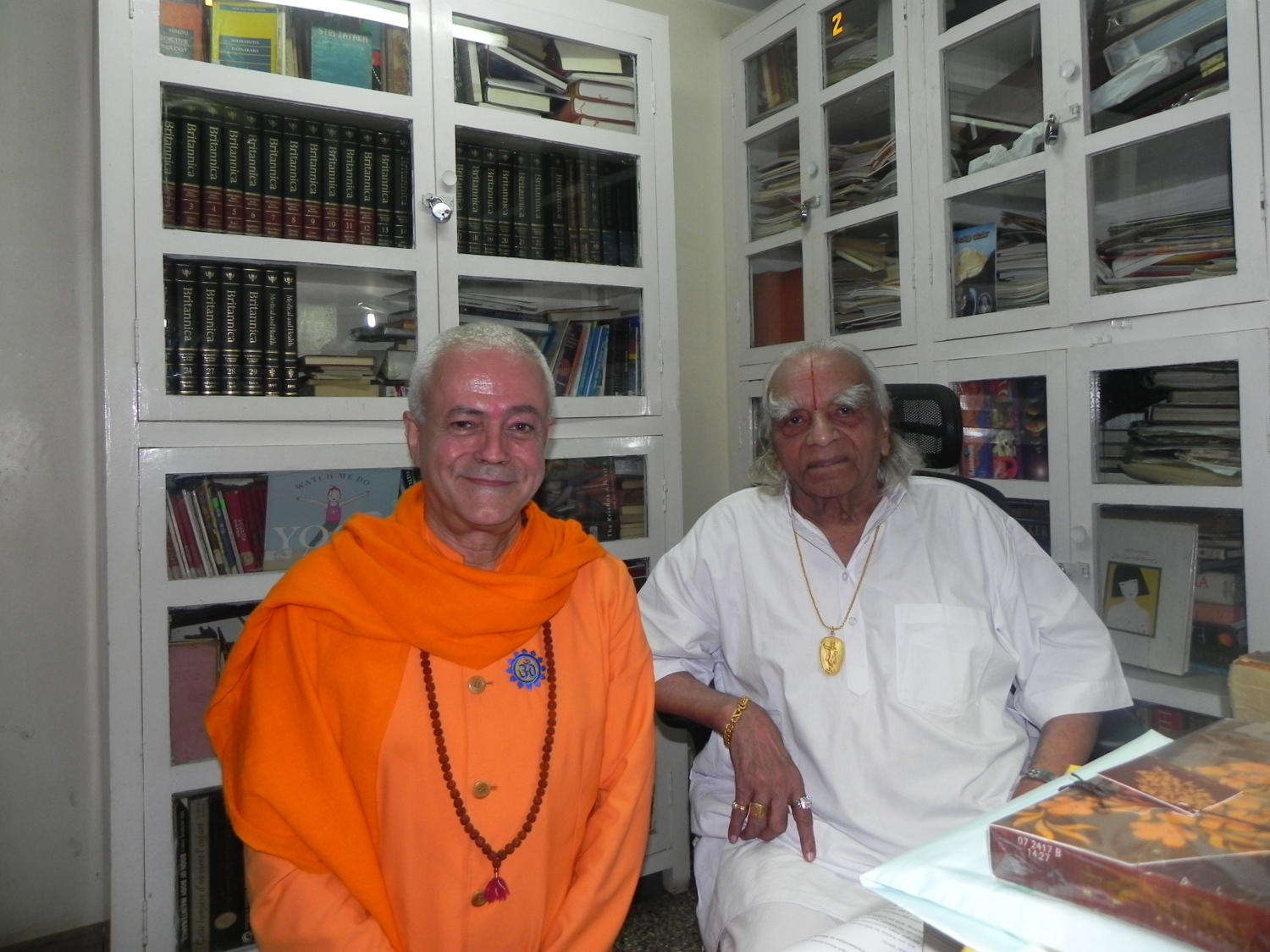 Meeting of H.H. Jagat Guru Amrta Súryánanda Mahá Rája with H.H. B.K.S. Iyengar Jí Mahá Rája  - Pune, India - 2011, October