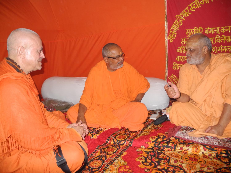 H.H. Jagat Guru Amrta Súryánanda Mahá Rája, H.H. Svámin Paramatmánanda Sarasvati e Mahá Mandaleshvara H.H. Vishveshvaránanda Giri Jí Mahá Rája - Mahá Kumbhamela, 2013, Fevereiro
