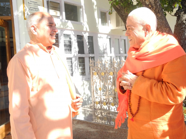 H.H. Svámin Yoga Svárupánanda - Vice Presidente do Shivánanda Áshrama - e H.H. Jagat Guru Amrta Súryánanda Mahá Rája
