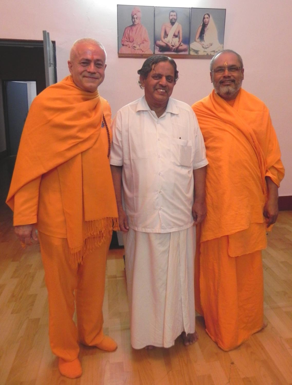 H.H. Jagat Guru Amrta Sūryānanda Mahā Rāja, H.H. Dr. Nagendra Jí et H.H. Svámin Paramatmānanda Jī
