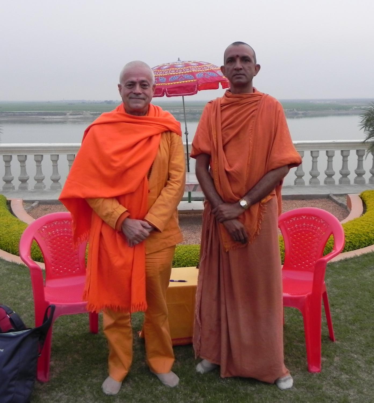 H.H. Jagat Guru Amrta Sūryānanda Mahā Rāja com Svámin Niranjanánanda