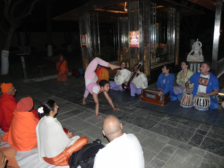Encontro de H.H. Jagat Guru Amrta Sūryānanda Mahā Rāja com Svámin Súryaprakash e Svámin Niranjanánanda - Bihar School of Yoga, Munger, Índia – 2011