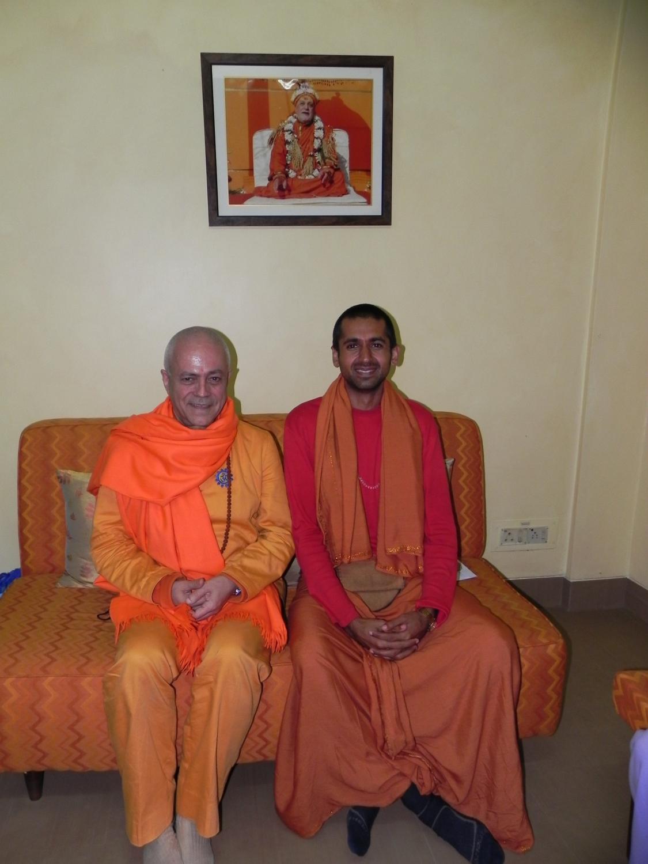 H.H. Jagat Guru Amrta Sūryānanda Mahā Rāja con Svámin Súryaprakash