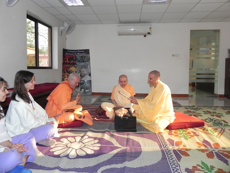 Meeting of H.H. Jagat Guru Amrta Sūryānanda Mahā Rāja with Svámin Yadunandana and Svámin Radhanath - ISKCON Hare Krshna - Máyápur, India – 2011