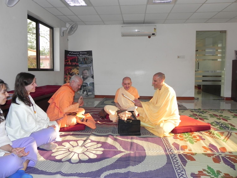 Encontro deH.H. Jagat Guru Amrta Sūryānanda Mahā Rāja com Svámin Yadunandana e Svámin Radhanath - ISKCON Hare Krshna - Máyápur, Índia – 2011