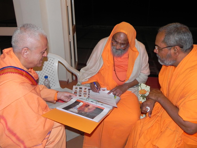 Encontro de H.H. Jagat Guru Amrta Súryánanda Mahá Rája com H.H. Pujiya Svámin Dayánanda Sarasvatí - Ahmedabad, Índia – 2011