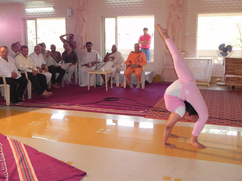 Encontro de H.H. Jagat Guru Amrta Súryánanda Mahá Rája com Shrí Svámin  Munishri Kirtichandrají, Founder of  Shantiniketan Áshrama - Valsad, Índia – 2011
