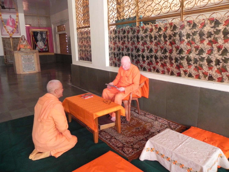 Rencontre de H.H. Jagat Guru Amrta Súryánanda Mahá Rája avec H.H. Svāmin Vimlānanda Sarasvatī Mahā Rāja - Shivānanda Āshrama, rshikesh, Inde - 2011, octobre