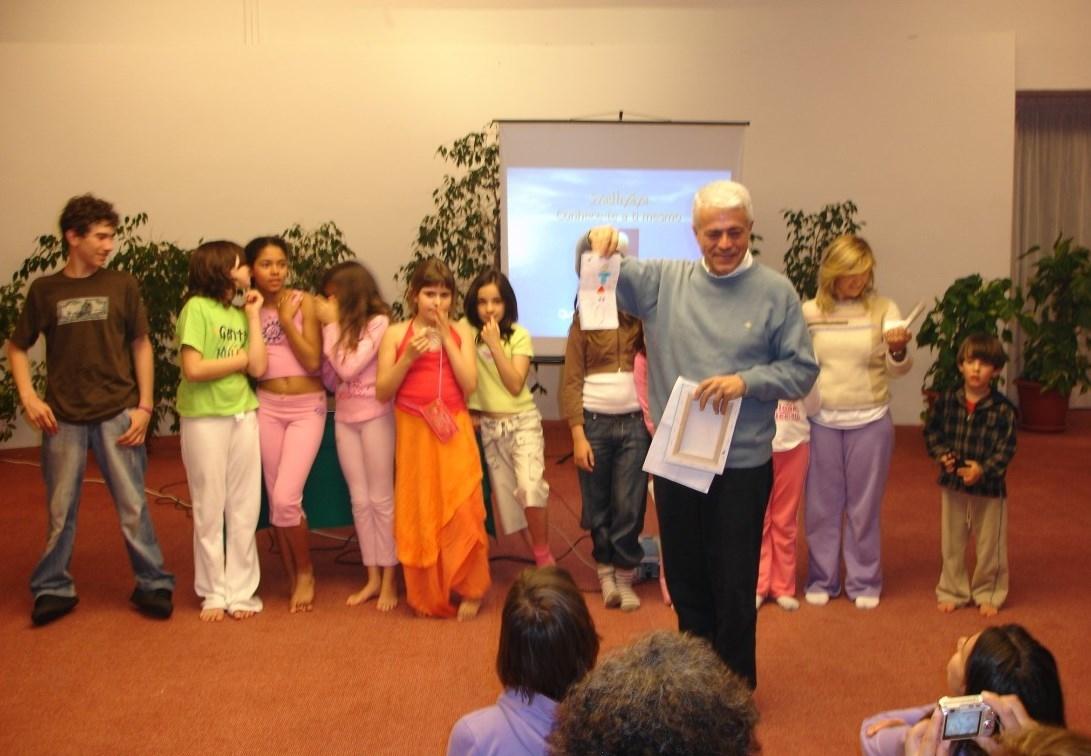 As ofertas das Crianças a H.H. Jagat Guru Amrta Súryánanda Mahá Rája - Presidente da Confederação Ibérica do Yoga