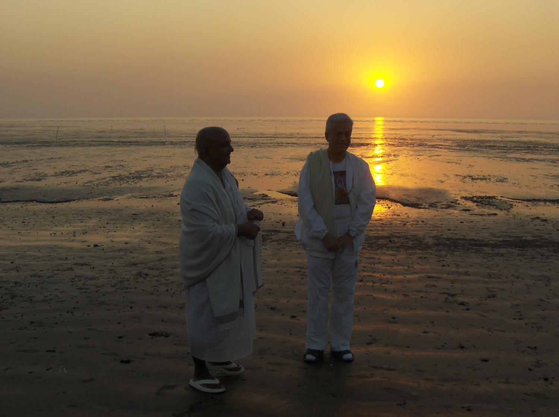 Meeting of H.H. Jagat Guru Amrta Súryánanda Mahá Rája  with Shrí Svámin  Munishri Kirtichandrají, Founder of  Shantiniketan Áshrama - Valsad, India – 2008