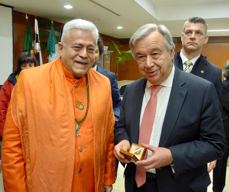 Yoga Guru Amrta Súryánanda Mahá Rája com o Secretário Geral das Nações Unidas, Dr. António Guterres