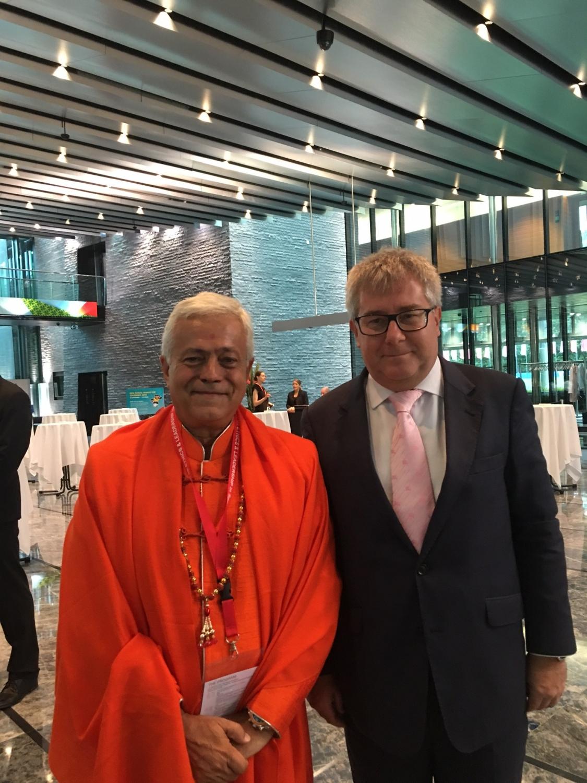 H.H. Jagat Guru Amrta Súryánanda Mahá Rája com o Hon. Mr. Ryszard Czarnecki, Vice Presidente do Parlamento Europeu