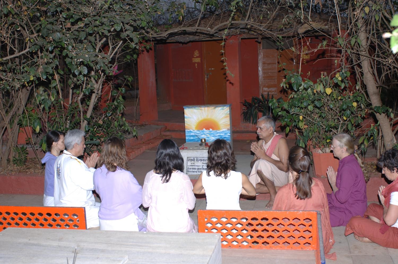 Pújá a H.H. Svámin Kuvalayánanda, fundador do Keivalyadhama Yoga Institute em 1924 (Mahá Samádhi)